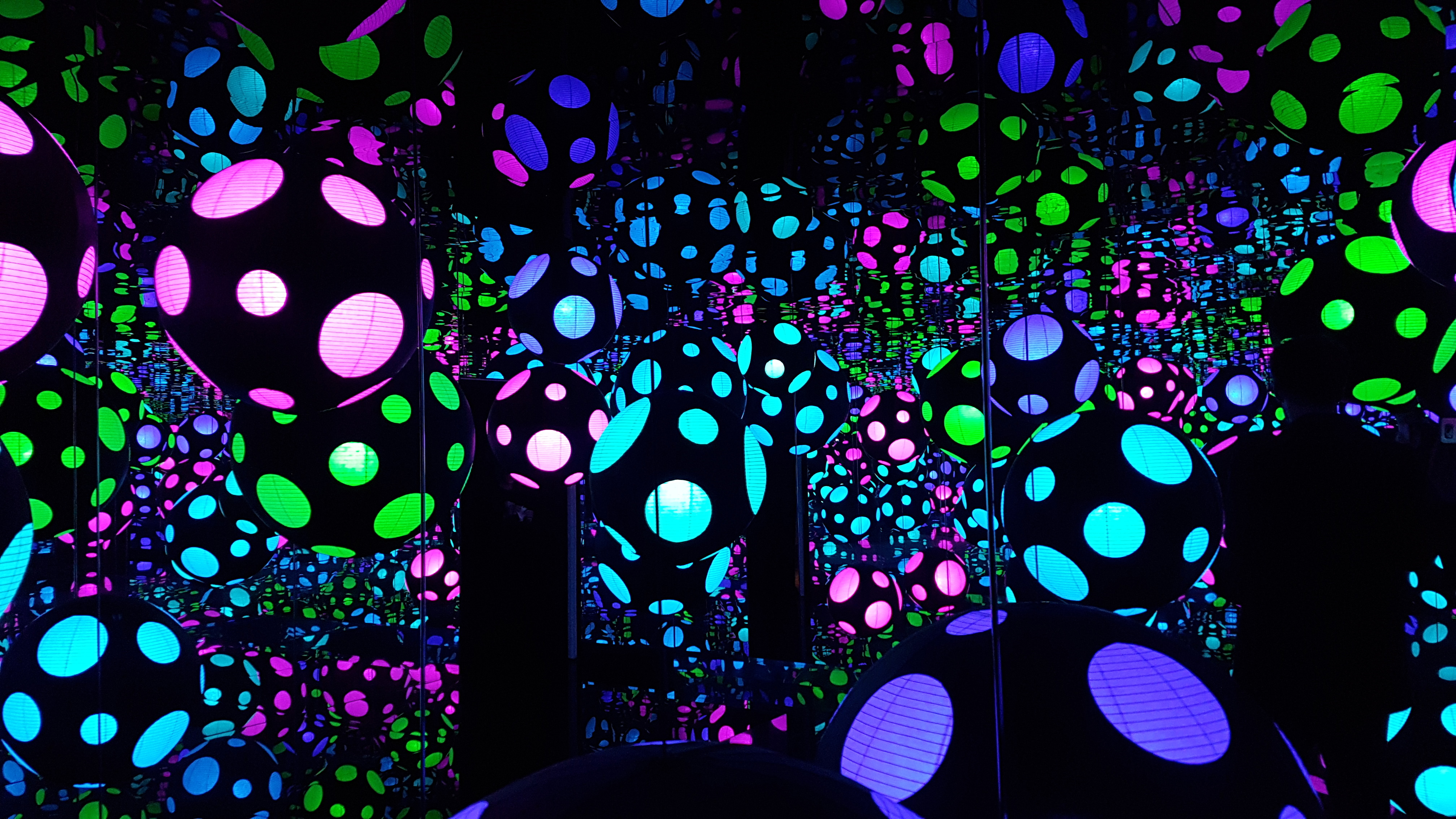 Polka Dot Balls Mirror Room